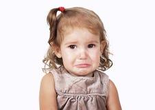 Ståenden av den ledsna gråt behandla som ett barn flickan som isoleras på vit Royaltyfria Bilder