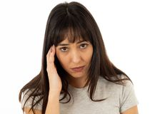 Ståenden av den ledsna och deprimerade kvinnan smärtar in att ha huvudvärk Mänskliga uttryck och sinnesrörelser arkivbilder