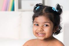 Ståenden av den lilla indiern behandla som ett barn flickan arkivfoto