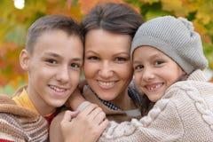 Ståenden av den lyckliga familjen i höst parkerar royaltyfri foto