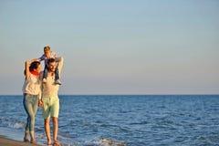 Ståenden av den lyckliga familjen och behandla som ett barn tycka om solnedgång i sommarfritiden royaltyfri fotografi