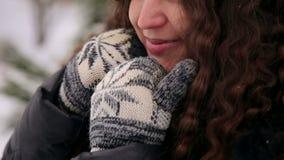 Ståenden av den lyckliga gravida flickan i vinter parkerar arkivfilmer