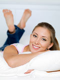 Ståenden av den lyckliga kvinnan ligger på en kudde arkivbilder