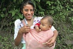 Ståenden av den lyckliga le indiska modern med behandla som ett barn arkivbild
