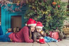 Ståenden av den lyckliga modern och förtjusande behandla som ett barn firar jul Royaltyfria Bilder