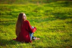 Ståenden av den lyckliga sportiga kvinnan som in kopplar av, parkerar Glad kvinnlig modell som utomhus andas ny luft Sund aktiv arkivbild