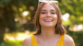 Ståenden av den lyckliga tonårs- flickan i sommar parkerar stock video