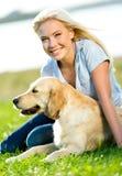 Ståenden av den nätta flickan med sugrör färgade labrador arkivfoto