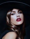 Ståenden av den sexiga modellkvinnan med färgrika kanter gör perfekt skean Arkivbilder