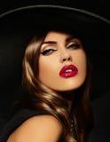 Ståenden av den sexiga modellkvinnan med färgrika kanter gör perfekt skean Royaltyfria Foton