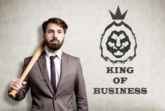 Ståenden av den skäggiga affärsmannen med baseballslagträet nära hårdnar Royaltyfri Foto