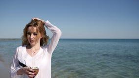 Ståenden av den spensliga flickan, sommar vilar på strand som är härlig stock video