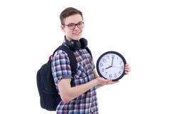 Ståenden av den stiliga tonårs- pojken med ryggsäcken och kontoret tar tid på Arkivbild