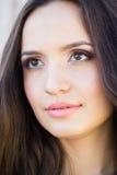Ståenden av den unga härliga brunettkvinnan med makeup, head skottet Arkivfoton