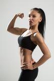 Ståenden av den unga konditionkvinnan visar biceps Royaltyfria Foton