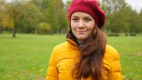 Ståenden av den unga kvinnan i röd fransk basker i höst parkerar arkivfilmer