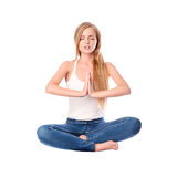 Ståenden av den unga kvinnan som in mediterar, poserar av lotusblomma som isoleras på vit Lång haired blond flicka som gör yoga Royaltyfri Fotografi