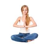 Ståenden av den unga kvinnan som in mediterar, poserar av lotusblomma som isoleras på vit Lång haired blond flicka som gör yoga Royaltyfri Foto