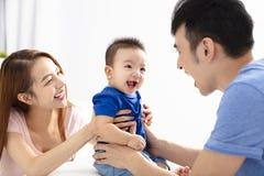 Ståenden av den unga lyckliga familjen med behandla som ett barn Royaltyfri Fotografi