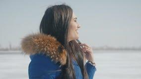 Ståenden av den unga lyckliga flickan är lyckligt skratta och att applådera i vinter lager videofilmer