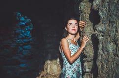 Ståenden av den unga romantiska kvinnan med långt hår, röda kanter och manikyr i den vita klänningen blommar Attraktiv flicka i S Royaltyfri Foto