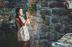 Ståenden av den unga romantiska kvinnan med långt hår, röda kanter och manikyr i den vita klänningen blommar Attraktiv flicka i S Arkivbilder