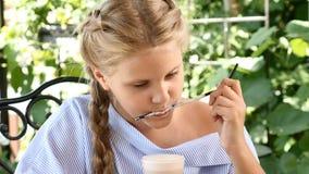 Ståenden av denseende flickan som dricker varm choklad som slickar sött skum av ett sugrör i stad, parkerar livsstil barn stock video
