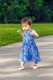 Ståenden av det gulliga asiatiska barnet som in spelar, parkerar Arkivbild