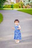 Ståenden av det gulliga asiatiska barnet som in spelar, parkerar Arkivfoto