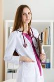 Ståenden av det härliga le medicindoktorsanseendet på patien royaltyfria bilder