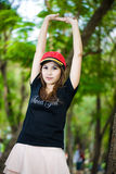 Ståenden av det unga nätt kvinnainnehav räcker upp mot tree Arkivbilder