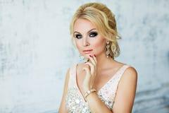 Ståenden av eleganta chic flickor är blond med blåa ögon i en pi royaltyfri foto
