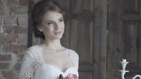 Ståenden av en brud i bröllopsklänning med blommor i ett soligt parkerar arkivfilmer