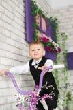 Ståenden av en elegant ung pojke på en cykel i studio dekorerar Arkivfoton