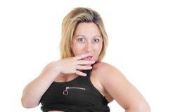Ståenden av en förvånad härlig blond kvinna på vit isolerade bakgrund Arkivbild