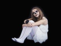 Ståenden av en flicka klädde för allhelgonaaftonberöm arkivfoto