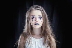 Ståenden av en flicka klädde för allhelgonaaftonberöm arkivbilder