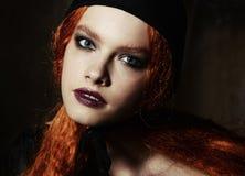 Ståenden av en flicka med den höga fluffiga frisyren i barocka rokokor för stil och ljus makeup i ett försiktigt snör åt ljus bei Fotografering för Bildbyråer