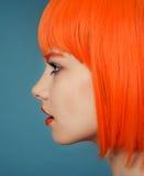 Ståenden av en flicka med den höga fluffiga frisyren i barocka rokokor för stil och ljus makeup i ett försiktigt snör åt ljus bei Arkivbilder