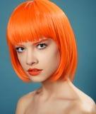 Ståenden av en flicka med den höga fluffiga frisyren i barocka rokokor för stil och ljus makeup i ett försiktigt snör åt ljus bei Royaltyfria Bilder