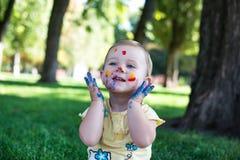 Ståenden av en gullig flicka målade i färgerna Arkivbild