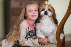 Ståenden av en gullig flicka med din favorit- hund sket tsu arkivbild