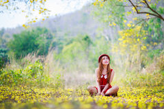 Ståenden av en härlig flicka bland guling blommar i naturen Arkivbilder