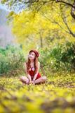 Ståenden av en härlig flicka bland guling blommar i naturen Arkivbild