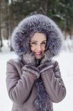 Ståenden av en härlig kvinna på en vinter går Royaltyfria Bilder