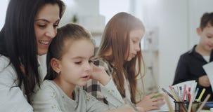 Ståenden av en härlig mogen moder och hennes ungar har en hantverktid i en fantastisk solig dag dem utgifter en vänskapsmatch stock video