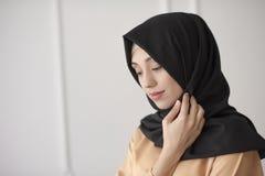 Ståenden av en härlig muslimsk kvinna i traditionella islamiska kläder och täcker deras huvud Royaltyfria Bilder