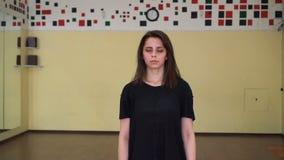Ståenden av en härlig trött flicka efter en dansvideokamera att närma sig en attraktiv ung kvinna stock video