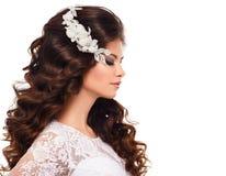 Ståenden av en härlig ung brunettflicka i vit snör åt bröllopsklänningen royaltyfri bild