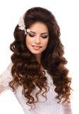 Ståenden av en härlig ung brunettflicka i vit snör åt bröllopsklänningen arkivfoton